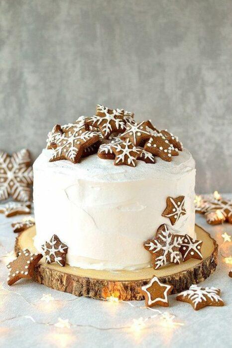 Pastel de Navidad de frosting de vainilla y jengribre