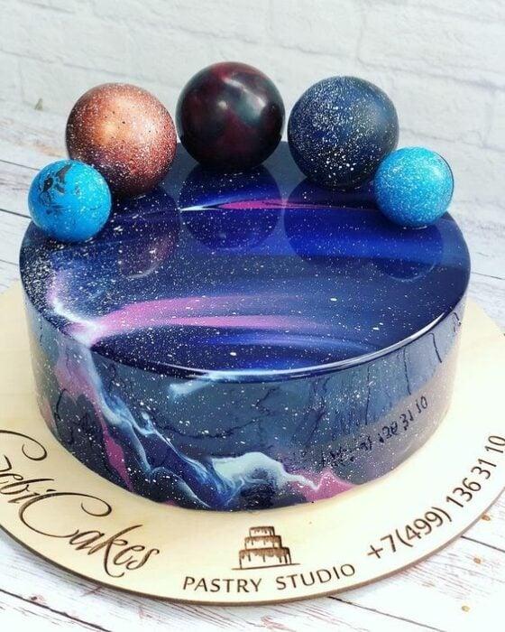Pastel decorado con bocadillos pequeños en forma de planeta; Pasteles inspirados en la galaxia