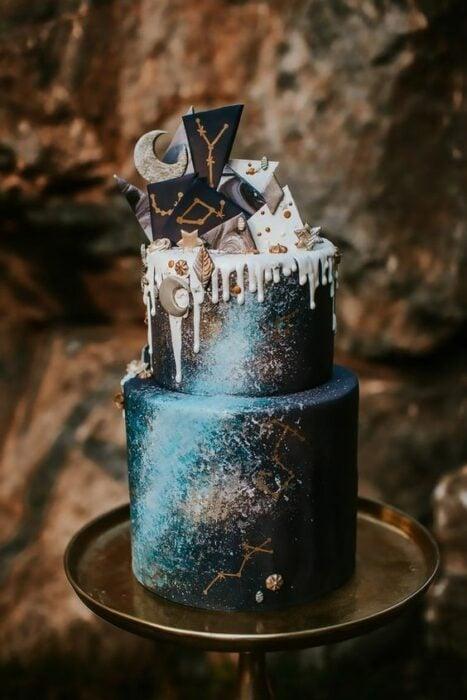 Pastel de dos pisos en colores negro con azul esmeralda; Pasteles inspirados en la galaxia