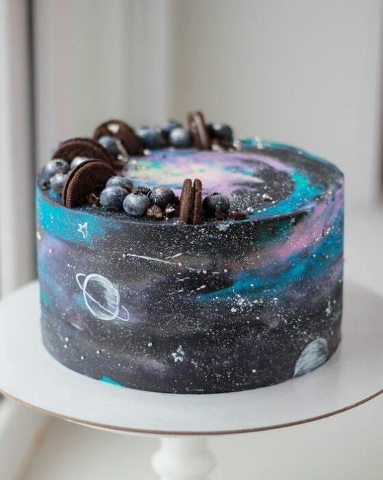 Pastel decorado con betún en negro, azul y morado ; Pasteles inspirados en la galaxia