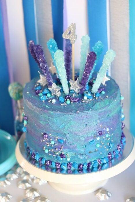 Pastel en tonos lilas, azul aguamarina con cristales de azúcar; Pasteles inspirados en la galaxia