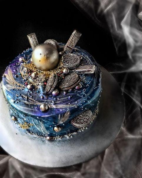 Pastel decorado en colores azules, morados y dorado; Pasteles inspirados en la galaxia