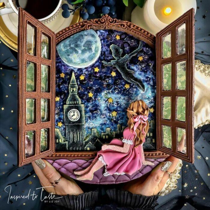 Pay de moras con decoración de ventana abierta con una chica sentada mirando el cielo estrellado y la luna