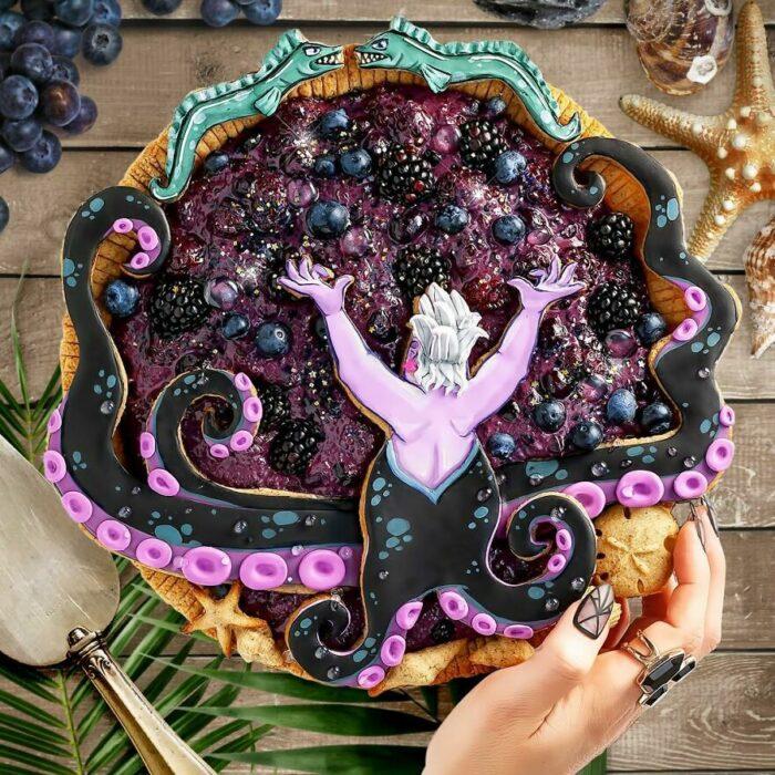 Pay de moras con decoración de Úrsula de La sirenita