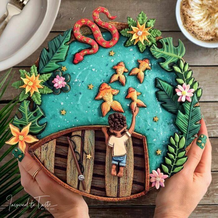 Pie con cobertura de niño en una barca en lago azul con peces naranjas