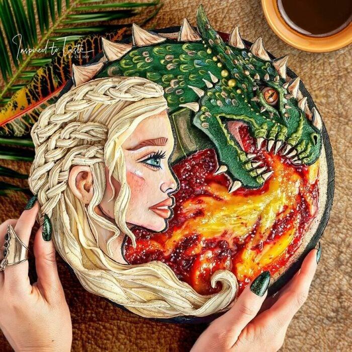 Pay con cobertura crujiente con imagen de Daenerys Targaryen y un dragón