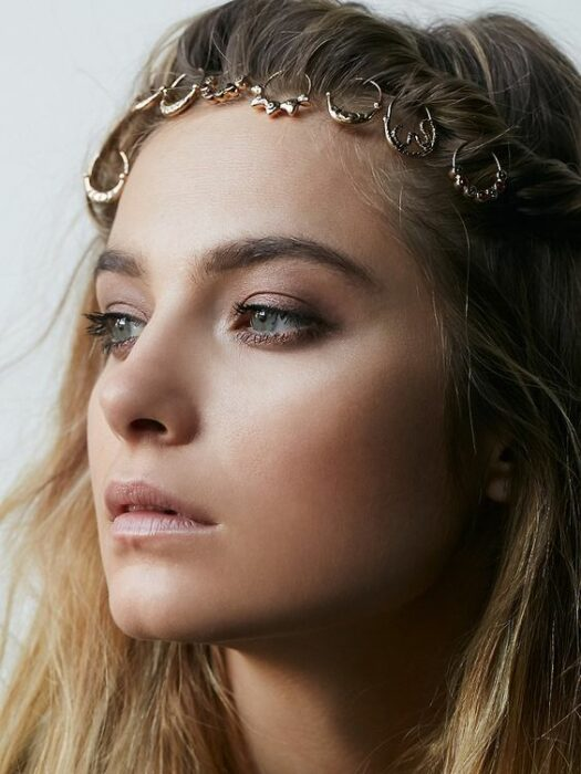 Girl with a diadem made with rings; Hairstyles with hoops