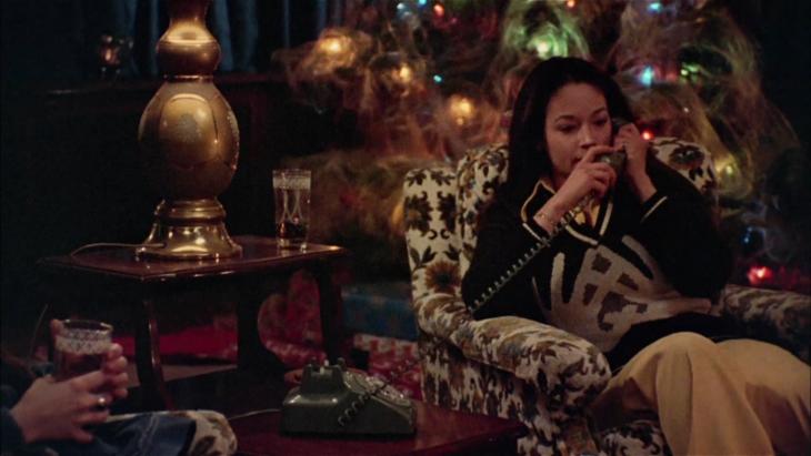 Escena de la película Black Christmas; Películas perfectas para quienes odian la Navidad