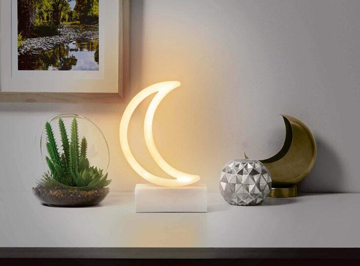 Lámpara en forma de luna colocada como decoración