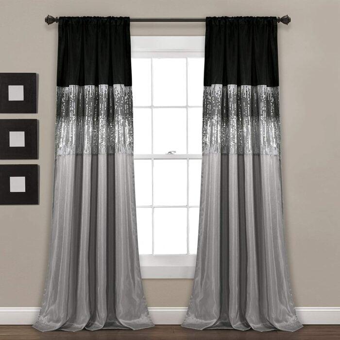 Cortinas colocadas en una ventana y hechas en color plateado con negro y brillos