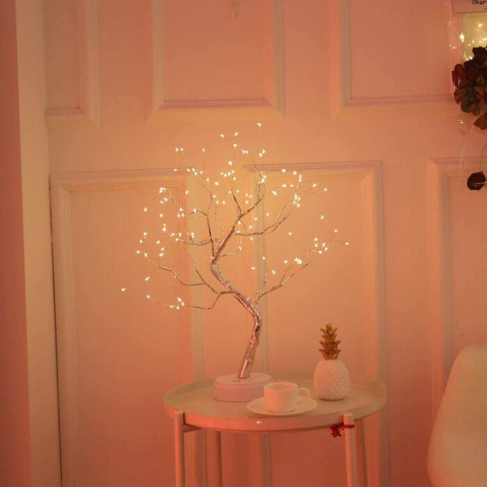 Árbol con pequeños focos para iluminar en la noche