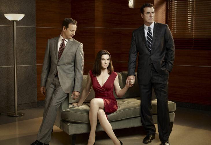 Escena de la serie The good wife, mujer sosteniendo la mano de dos hombres