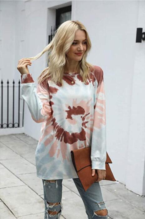 Chica usando sudadera estilo tie dye