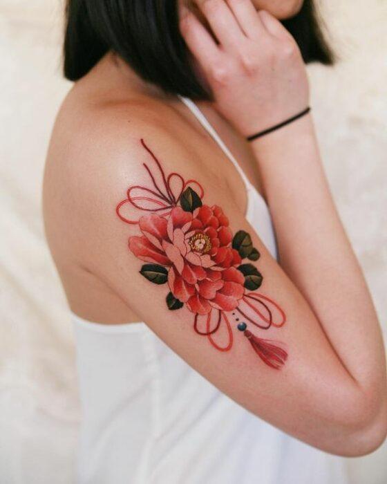 Tatuaje de flor de peonia en el brazo