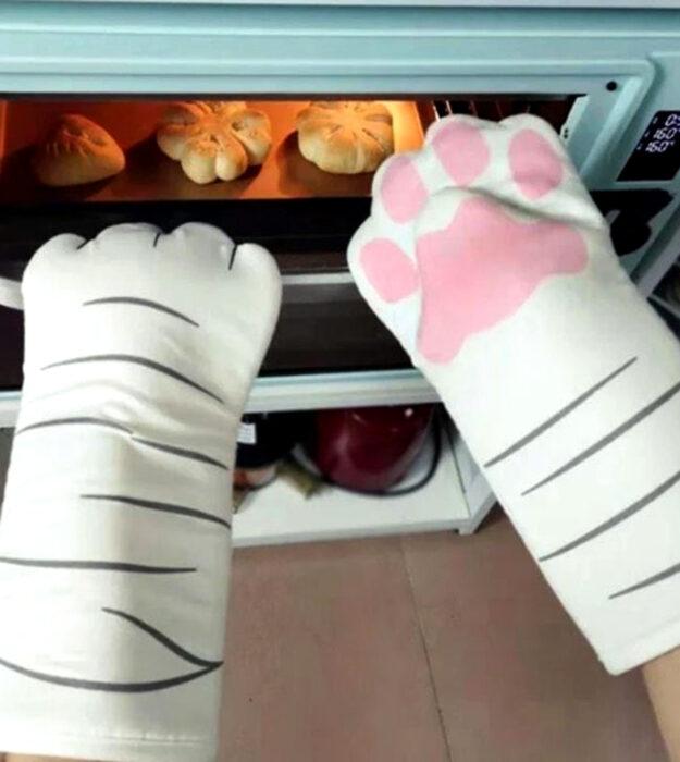 Utensilios bonitos y kawaii de cocina; guantes para horno en forma de patas de gato blanco con rayas negras y almohadillas rosas