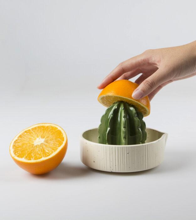 Utensilios bonitos y kawaii de cocina; exprimirdor en forma de suculenta cactus, naranja partida a la mitad