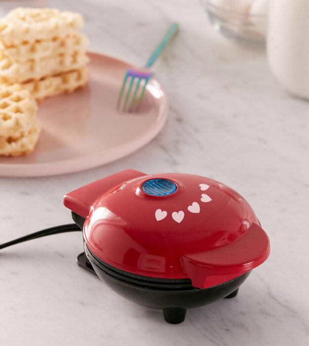 Utensilios bonitos y kawaii de cocina; wafflera roja con estampado de corazones