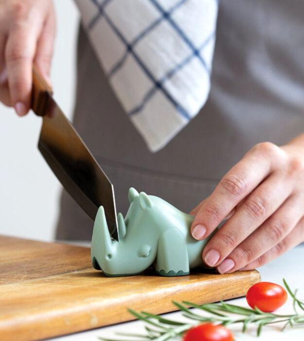 Utensilios bonitos y kawaii de cocina; afilador de cuchillo en forma de rinoceronte verde