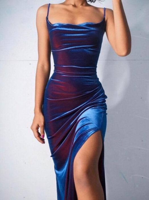 Vestido iridiscente, holográfico de tirantes, largo con abertura en la pierna