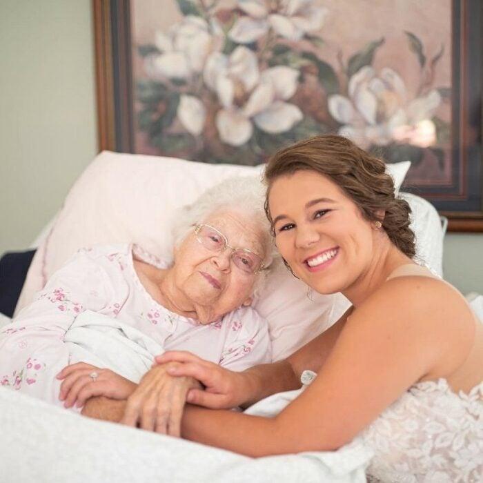 Bethany Boykin vestida de novia visitando a su abuelita enferma