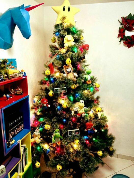 arbolito de Navidad decorado e inspirado en Mario Bros.; arbolitos navideños inspirados en series, películas y animes japoneses