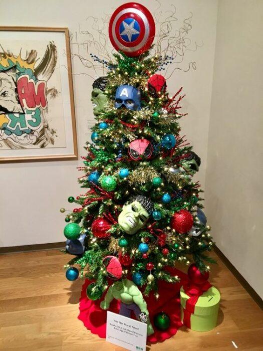 arbolito de Navidad decorado e inspirado en Avengers; arbolitos navideños inspirados en series, películas y animes japoneses