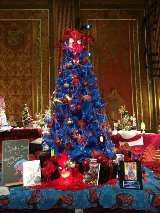 arbolito de Navidad decorado e inspirado en Spider-Man; arbolitos navideños inspirados en series, películas y animes japoneses