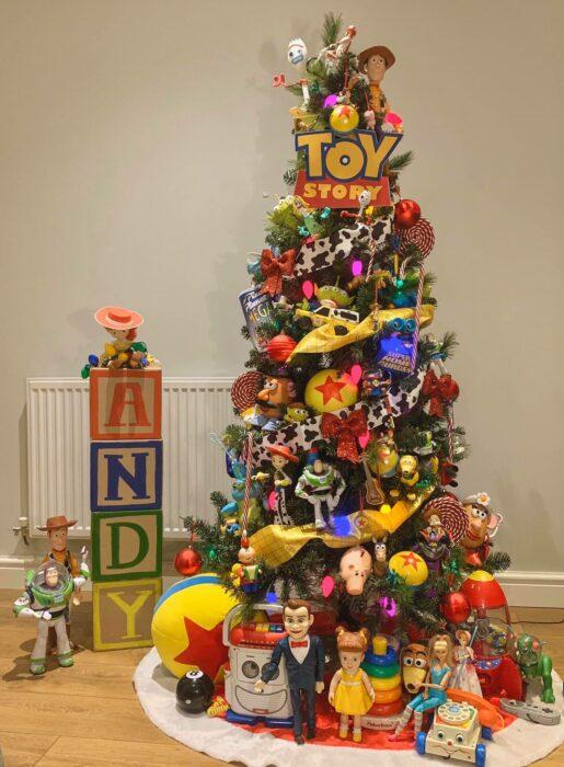 arbolito de Navidad decorado e inspirado en Toy Story; arbolitos navideños inspirados en series, películas y animes japoneses