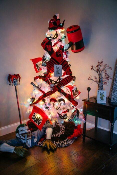 arbolito de Navidad decorado e inspirado en Harley Queen; arbolitos navideños inspirados en series, películas y animes japoneses