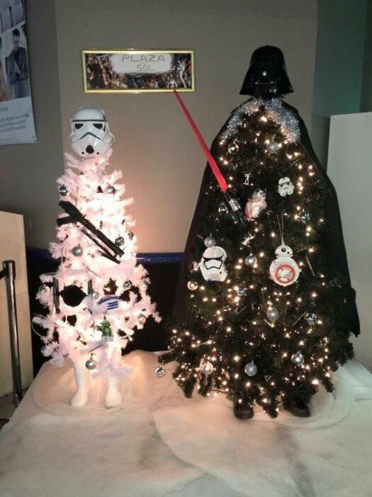 arbolito de Navidad decorado e inspirado en Star Wars; arbolitos navideños inspirados en series, películas y animes japoneses