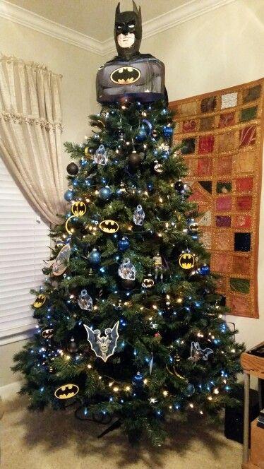 arbolito de Navidad decorado e inspirado en Batman; arbolitos navideños inspirados en series, películas y animes japoneses