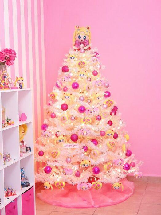 arbolito de Navidad decorado e inspirado en Sailor Moon; arbolitos navideños inspirados en series, películas y animes japoneses