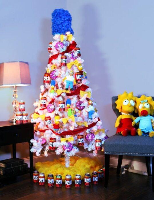 arbolito de Navidad decorado e inspirado en Los Simpson; arbolitos navideños inspirados en series, películas y animes japoneses