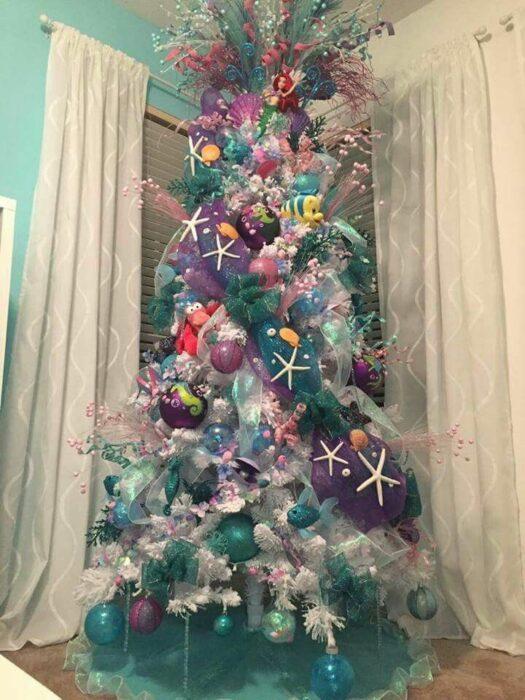 arbolito de Navidad decorado e inspirado en La sirenita; arbolitos navideños inspirados en series, películas y animes japoneses