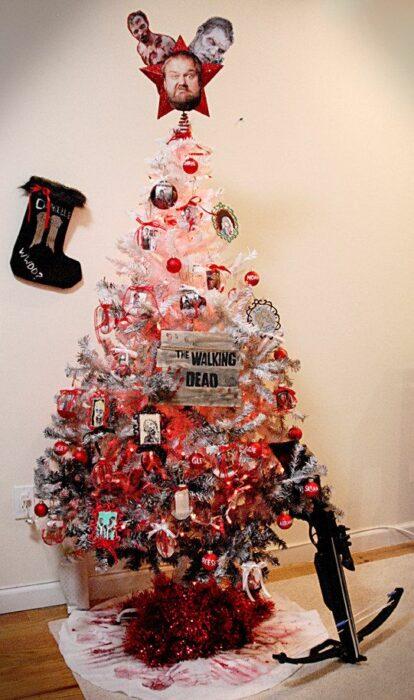 arbolito de Navidad decorado e inspirado en The Walking Dead; arbolitos navideños inspirados en series, películas y animes japoneses