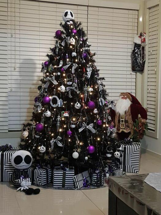 arbolito de Navidad decorado e inspirado en El extraño mundo de Jack; arbolitos navideños inspirados en series, películas y animes japoneses