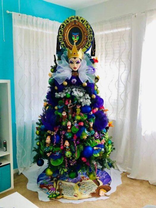 arbolito de Navidad decorado e inspirado en Blancanieves; arbolitos navideños inspirados en series, películas y animes japoneses