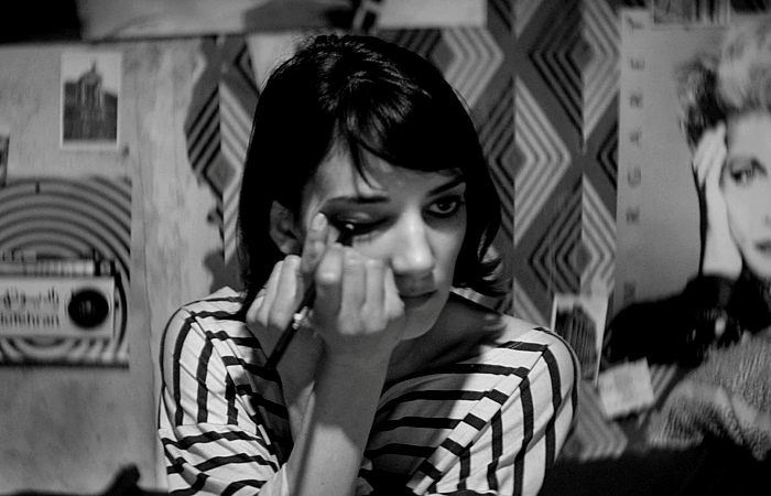 escena de A Girl Walks Home Alone At Night