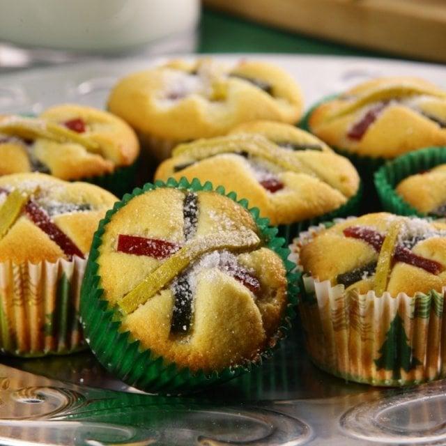 Cupcakes de rosca de reyes con fruta cristalizada; recetas de galletas y cupcakes navideños