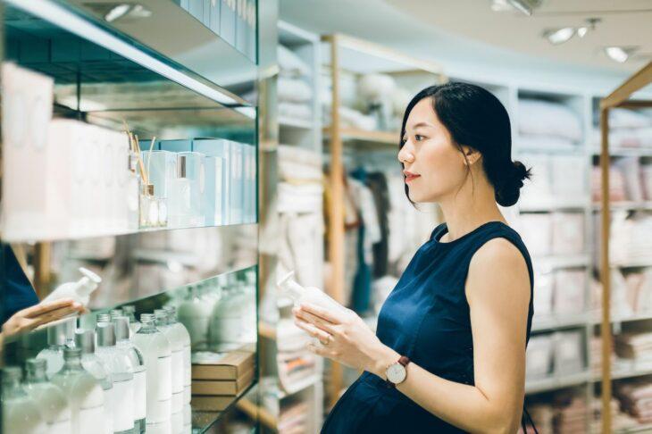 Mujer embarazada comprando productos de belleza
