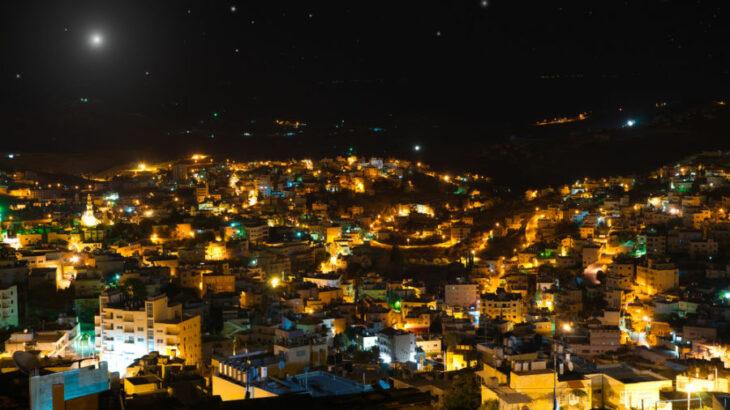 Ciudad de Belén de noche con cielo estrellado