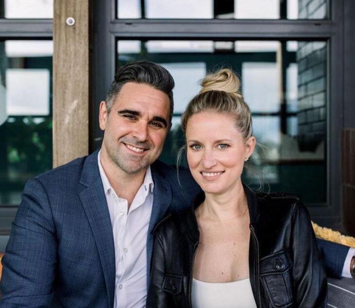 Emily Bugg y Billy Lewis sonriendo para una fotografía