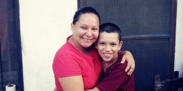 Mateo y su mamá, Edith sonriendo y abrazándose