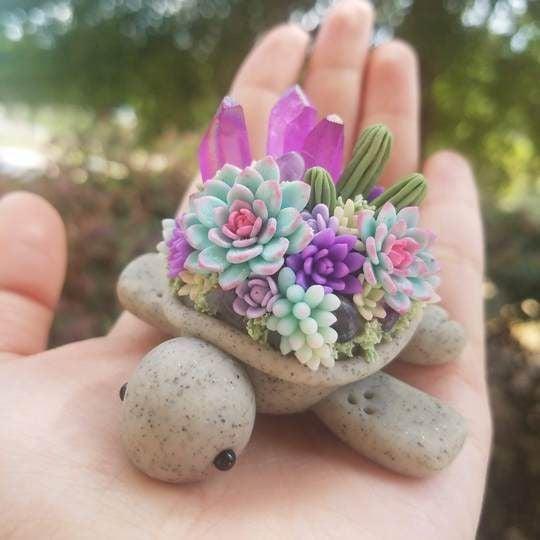 Tortuguita gris con suculentas azules, moradas y rosas con cuarzos morados hecha con arcilla polimérica