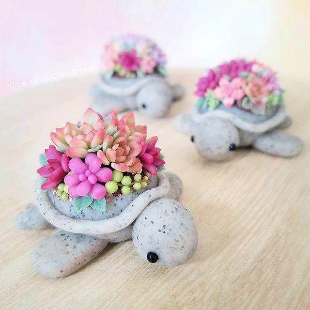 Tortugas grises con suculentas rosas y verdes hechas con arcilla polimérica