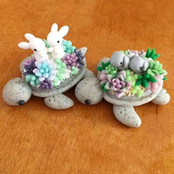 Tortuguitas grises con suculentas de colores y conejitos blanco hechas de arcillas polimérica