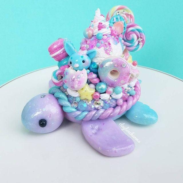 Tortuguita lila con azul con dulces en el caparazón hecha con arcilla polimérica