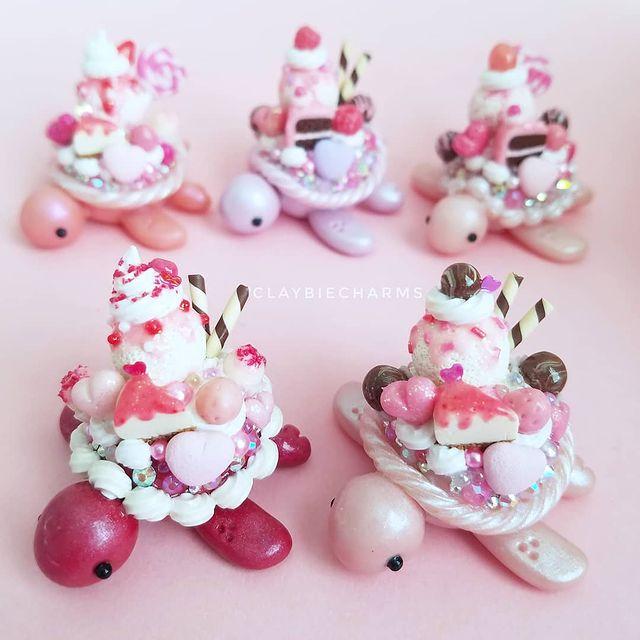 Tortuguitas rosas con dulces y pasteles en el caparazón hechas con arcilla polimérica