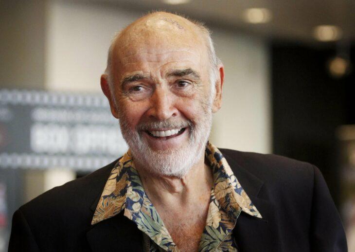 Sean Connery, sonriendo; 13 Famosos que partieron de este mundo en 2020