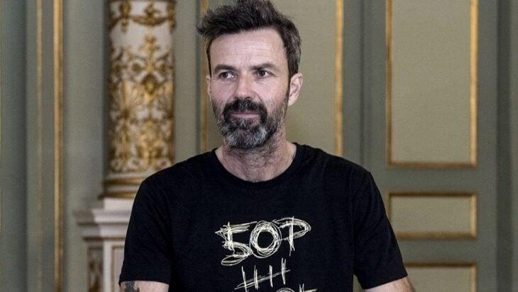 Pau Donés vocalista de Jarabe de palo, sonriendo; 13 Famosos que partieron de este mundo en 2020